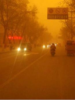 """法国雾霾中的浪漫 艾菲尔铁塔玩""""消失"""""""